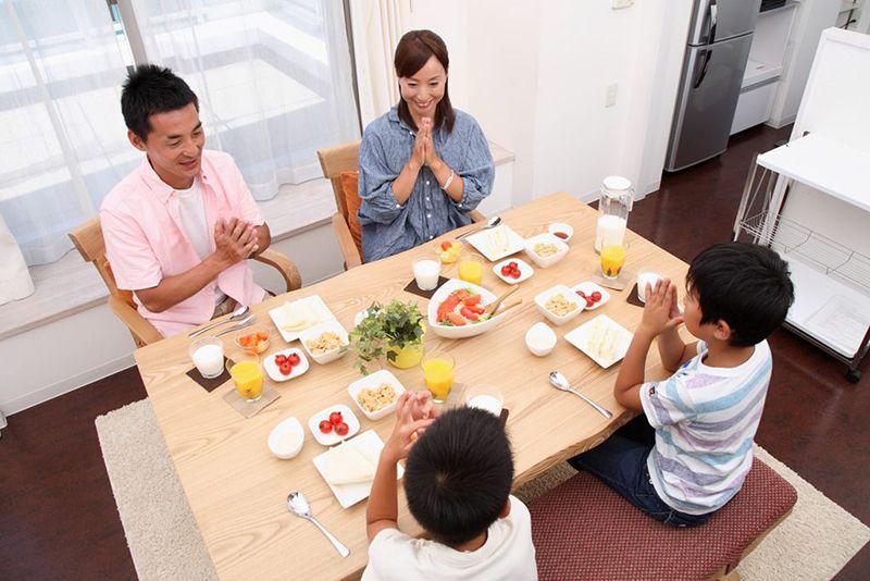 Thói quen chào hỏi trước và sau bữa ăn
