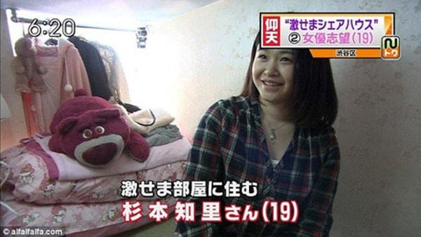 """Cô gái trẻ đang giới thiệu về """"căn nhà ốc sên"""" của mình"""