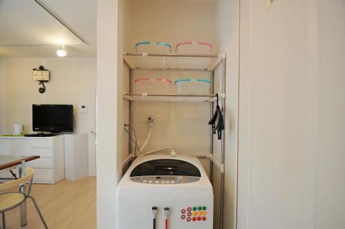 Phần phía trên máy giặt cũng được người Nhật tận dụng làm nơi chứa đồ