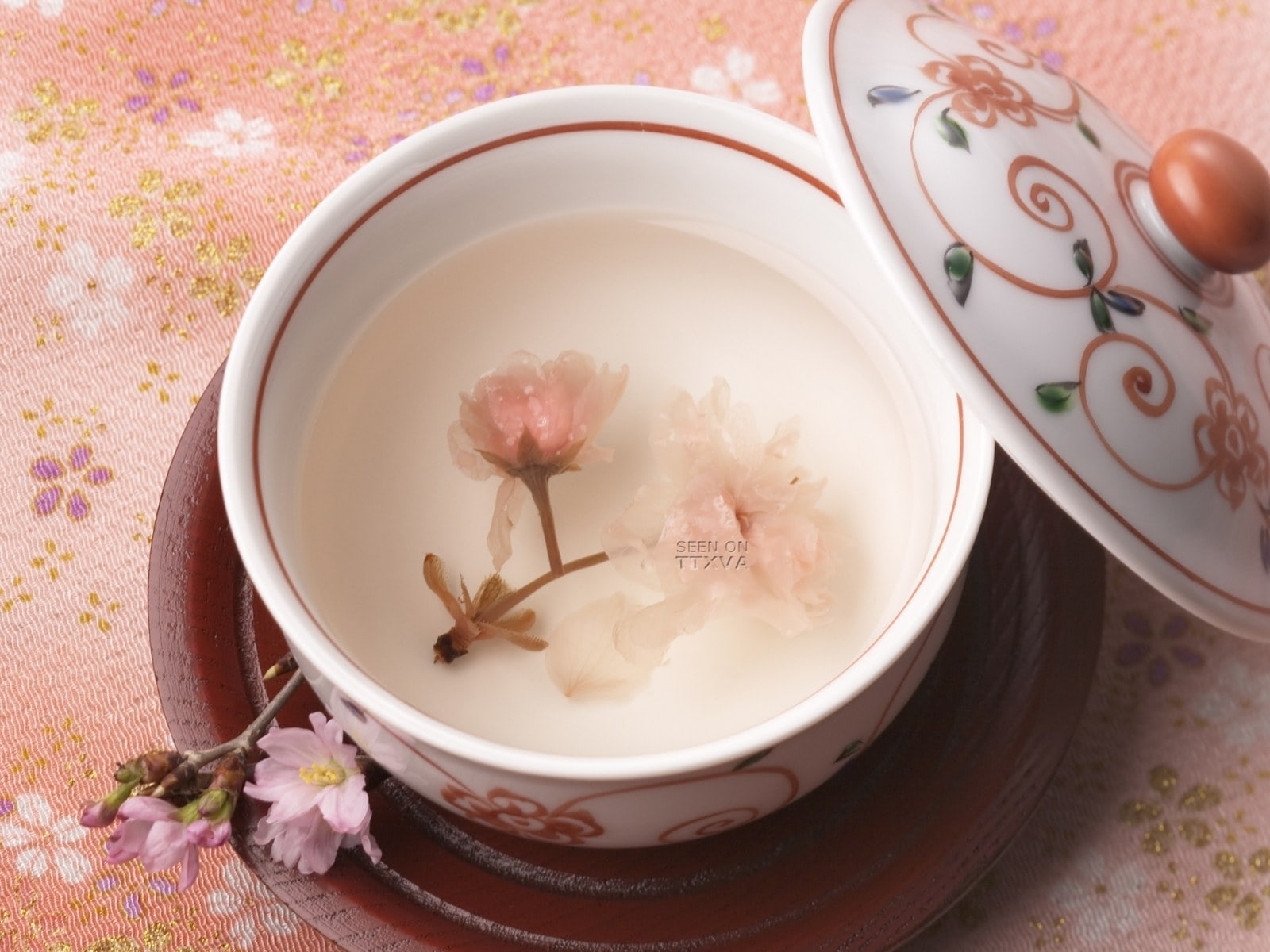 Khám phá những món ăn được chế biến từ cánh hoa anh đào