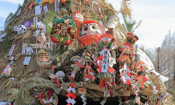 Daruma được trưng bày trong ngày tết