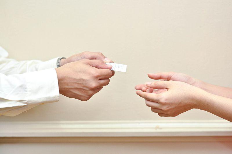 Nhận danh thiếp từ đối tác bằng 2 tay
