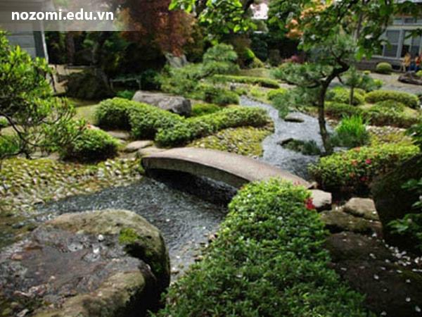 Cây cầu trong khu nhà vườn phong cách Nhật