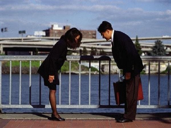 Người Nhật luôn cúi chào trong mọi tình huống