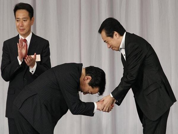 Văn hóa chào hỏi người Nhật tránh giao tiếp mắt