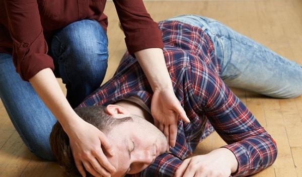 Phải xử lý như thế nào khi gặp người lên cơn động kinh? 3