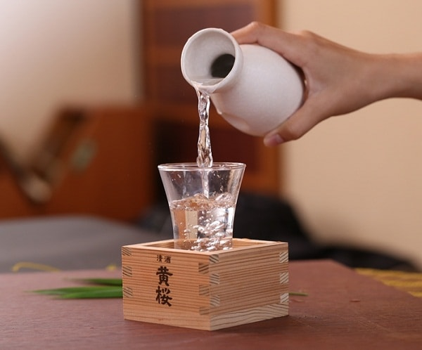 Rượu Sake được đựng trong bình gốm nhỏ vô cùng tinh tế