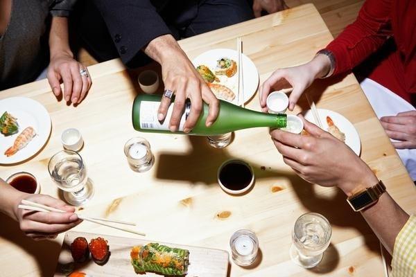 Người Nhật thường không tự rót rượu cho mình