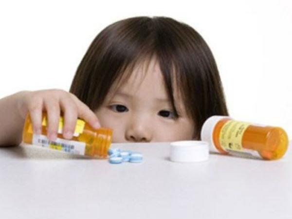 Trẻ em uống thuốc cần có hướng dẫn của người lớn