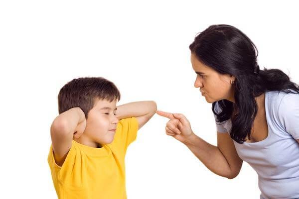 Cha mẹ nghiêm khắc khiến con ương bướng, khó bảo