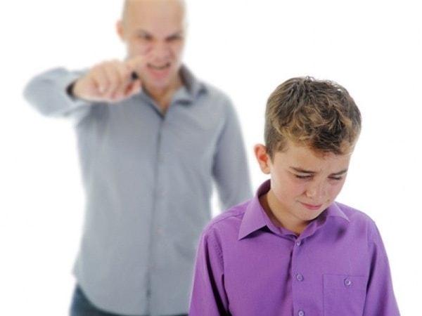 Con bị tổn thương khi cha mẹ luôn mắng nhiếc, trách phạt