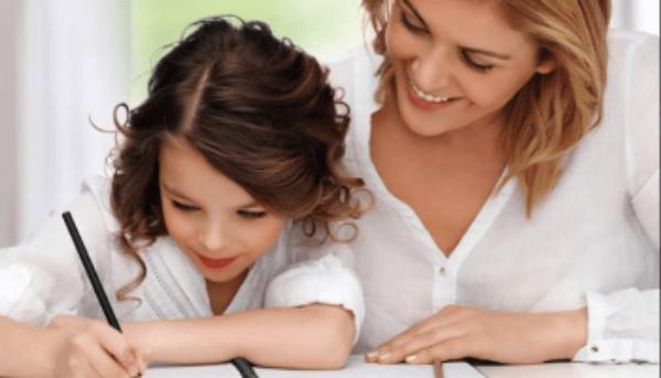 Phụ huynh nên ở bên cạnh bé trong mỗi giờ luyện chữ