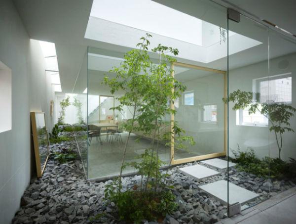 Không gian yên tĩnh có trang trí cây xanh giúp ta có sự tập trung, thoải mái hơn để làm việc