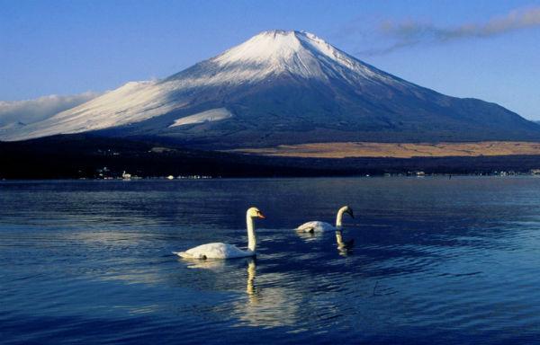 Quanh núi Phú Sĩ có 8 ngọn núi nhỏ và 5 hồ nước ngọt