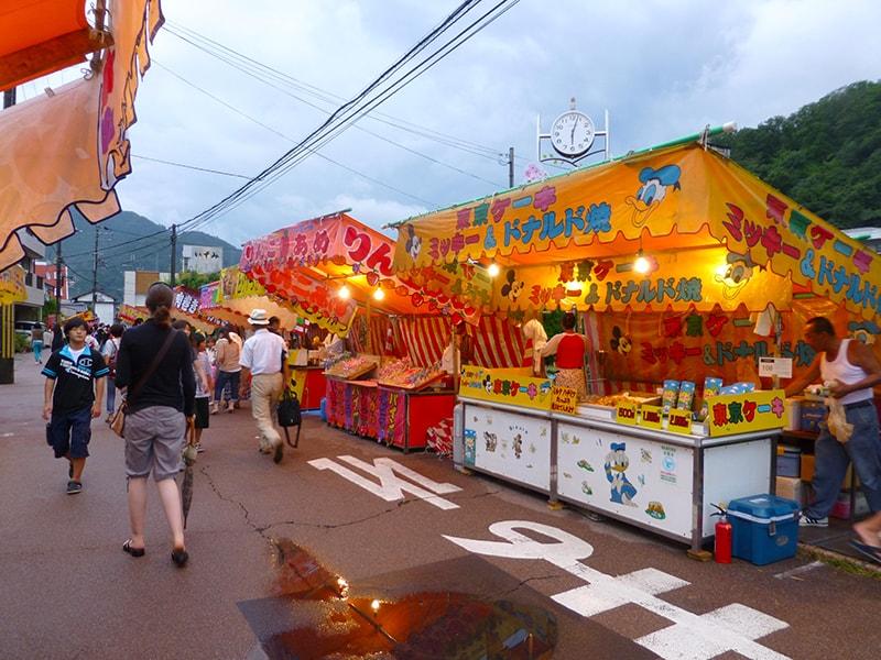 Trong lễ Obon, rất nhiều hàng quán ăn được dựng lên để phục vụ người dự lễ