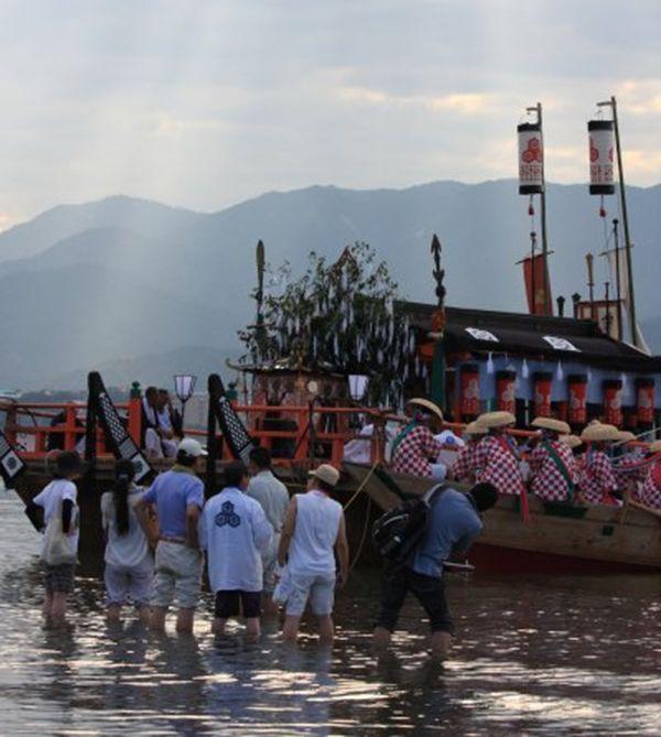 Đội thuyền cho lễ hội Kangensai được trang trí màu sắc sặc sỡ