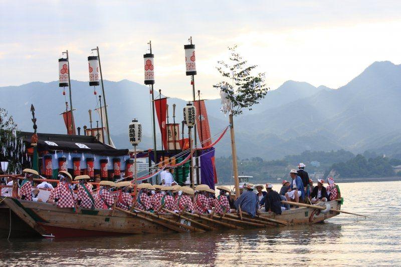 Những người chèo thuyền vinh dự đến từEba và Aga