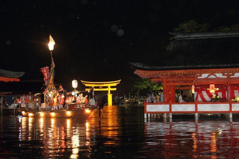 Ngôi đền di động trở lại đềnItsukushima