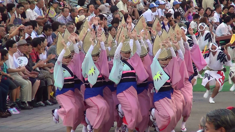 Những người tham dự lễ hội tụ họp lại thành từng nhóm