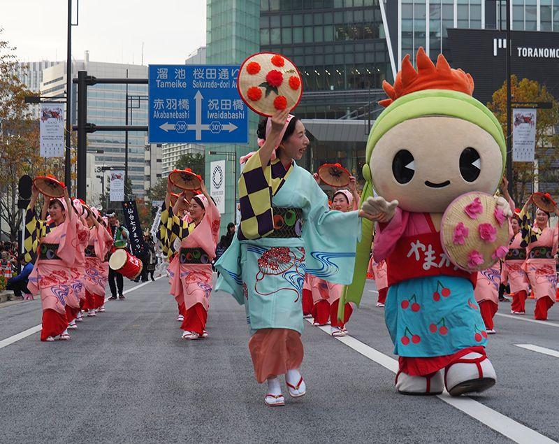 Các vũ công mặc trang phục giống nhau và nhảy cùng điệu nhạc