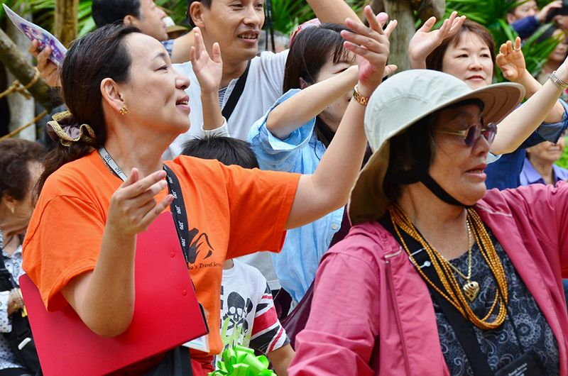 Du khách học nhảy trong lễ hộiHanagasa Matsuri