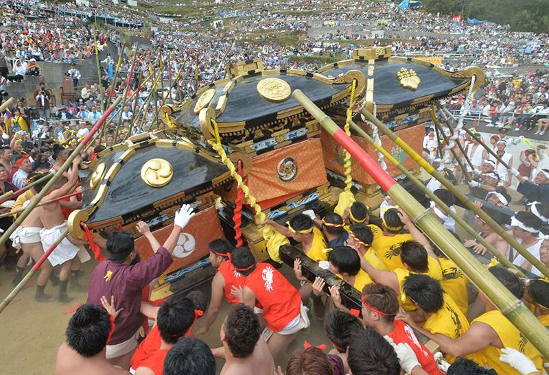 Một cảnh va chạm giữa các đền di động trong lễ hội