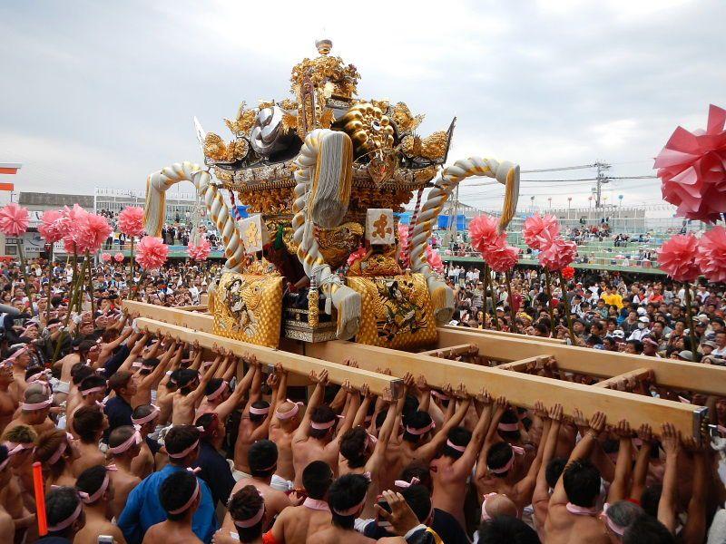 Một chiếc đền di động yatai trong lễ hội Kenka Matsuri