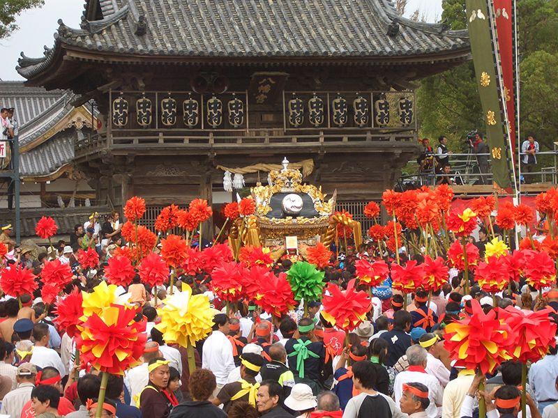 Một chiếc yatai tiến vào đền nhận phước lành từ các vị thần