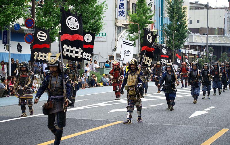 Các diễn viên mặc trang phục binh lính Nhật thời cổ
