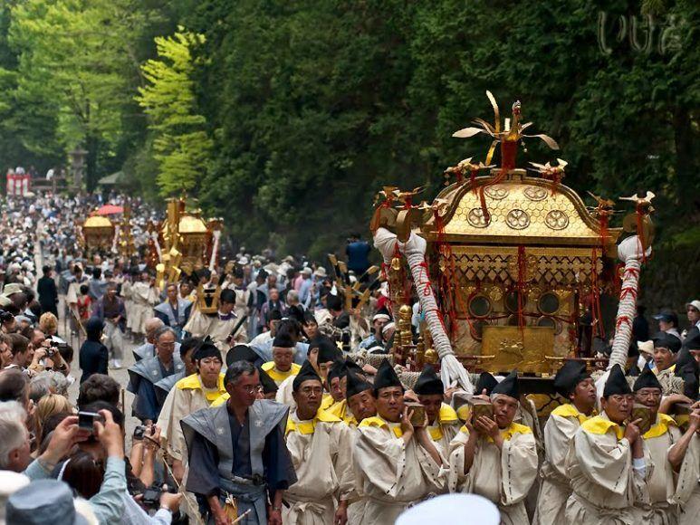 3 chiếc kiệu Mikoshi trong lễ diễu hành