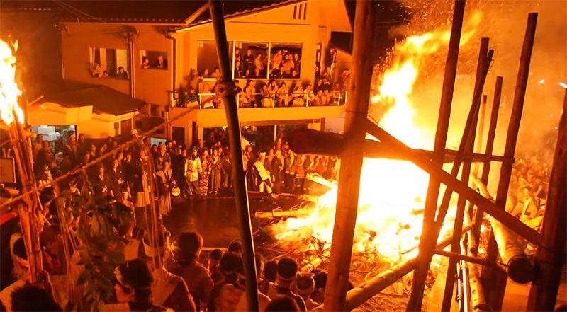 Đống lửa khổng lồ cháy đến nửa đêm