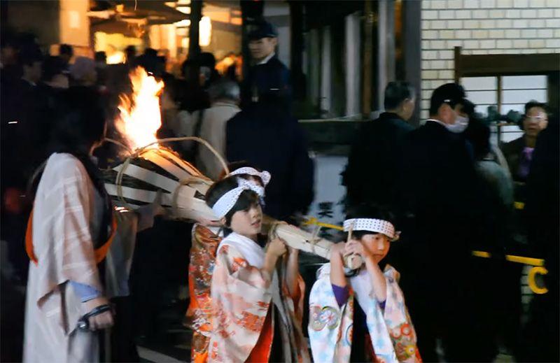 Trẻ em tham gia trong lễ hội dưới sự giám sát của phụ huynh