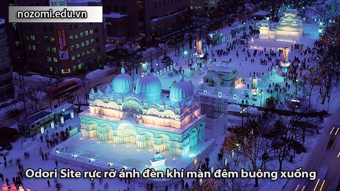 Khung cảnh công viên Odori về đêm những ngày diễn ra lễ hội