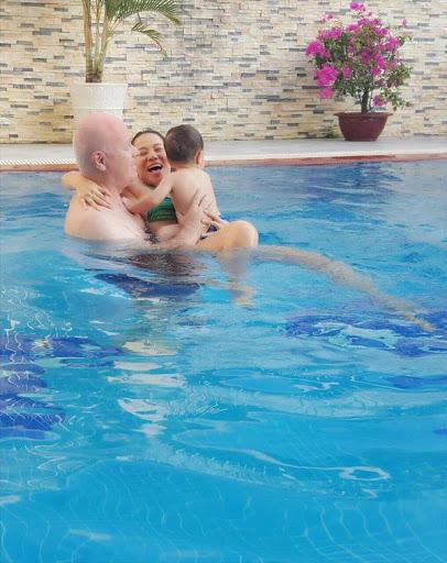 Được cho học bơi ngay từ còn nhỏ