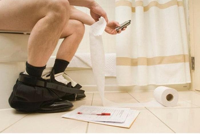 Sử dụng điện thoại khiến thời gian đi vệ sinh bằng một tập phim hoặc trân đấu game